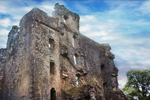 Glengarry Castle ruins clouds autumn (640x427)