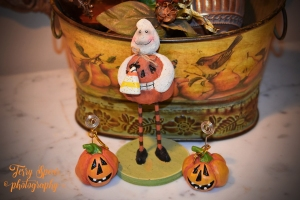 ghost with candy corn 011 vignette text (900x600)