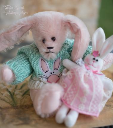 easter-bunny-with-bunnie-900-007